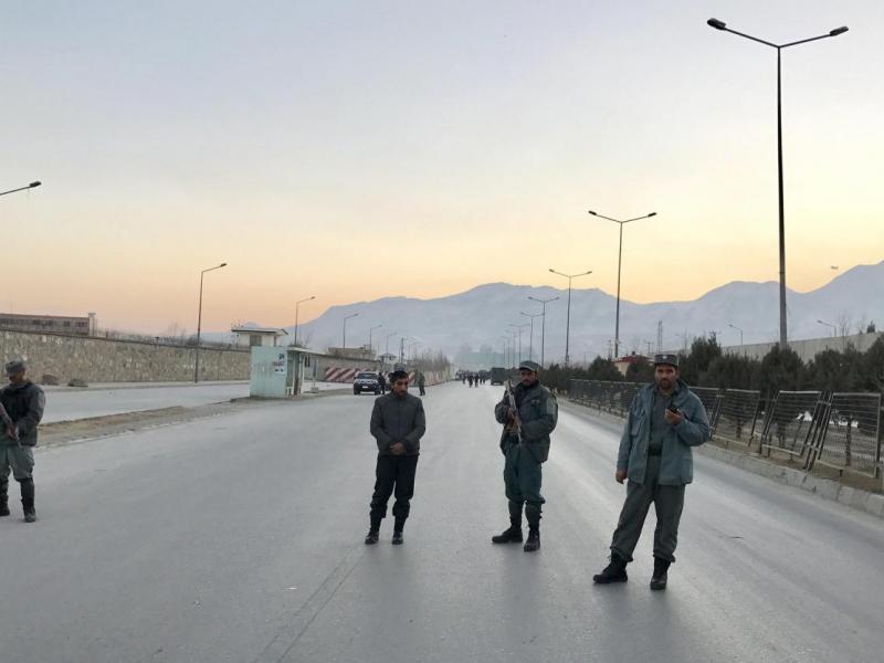 Miembros de seguridad de Afganistán bloquean una carretera que conduce al Parlamento tras un doble atentado suicida registrado en las inmediaciones del Parlamento afgano en Kabul, Afganistán. / EFE