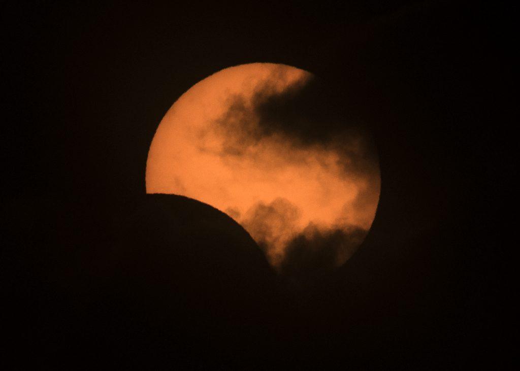 El eclipse dejó imágenes espectaculares (Alejandro Pagni / AFP)