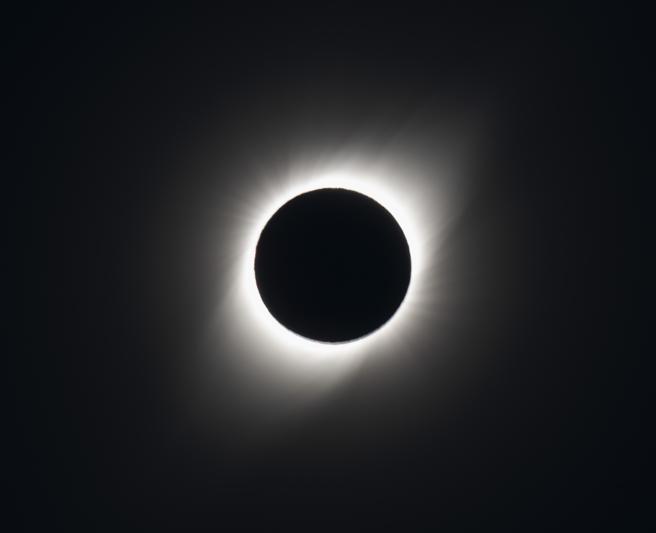 El sol, eclipsado por la luna (tan Honda / AFP)